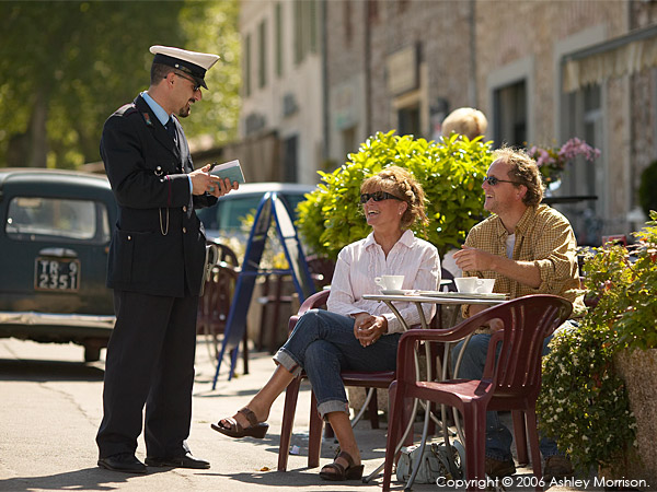 Marie & Michael talking to the local polizia in the Italian Umbria region town of Amelia.